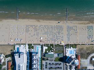 Sombrillas en la playa filmadas desde un dron