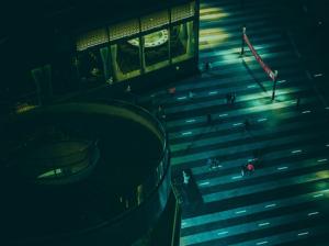 Gente cruzando la calle visto desde un dron